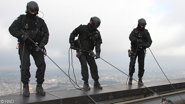 Policias Raid preparando un descenso